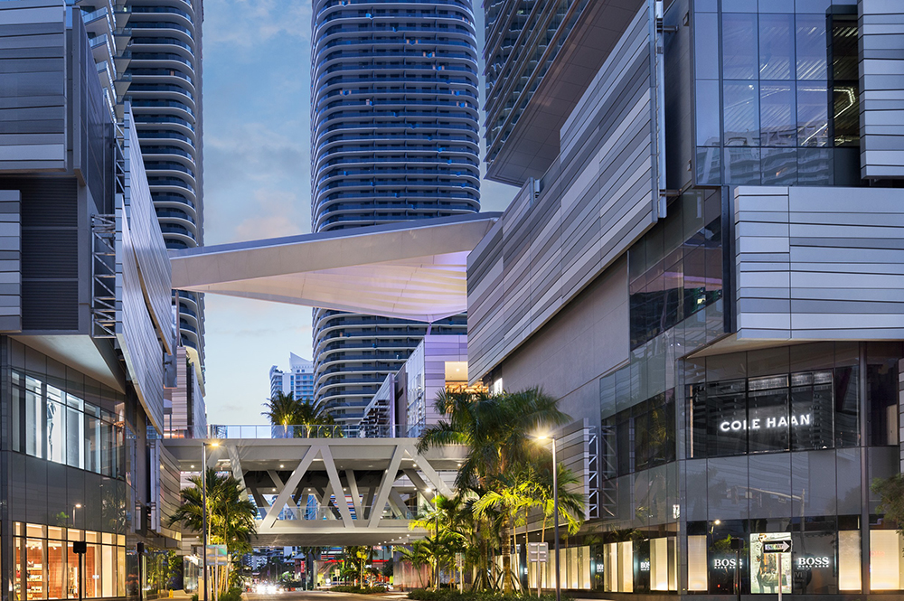 South Miami Avenue cars driving under mall bridge (Photo: ArquitectonicaGEO)