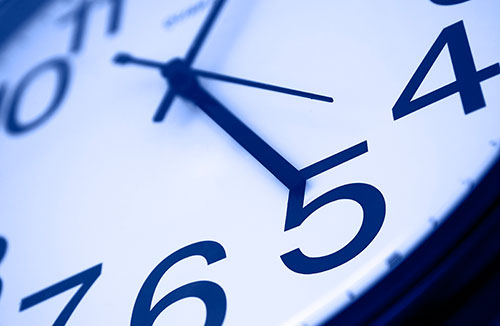 Clock at 5 p.m. | Photo: iStock.com/idrutu