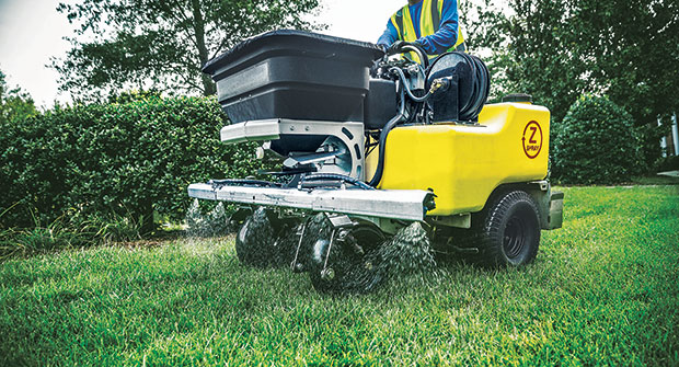 Spreader applying fertilizer (Photo: SiteOne Landscape Supply)