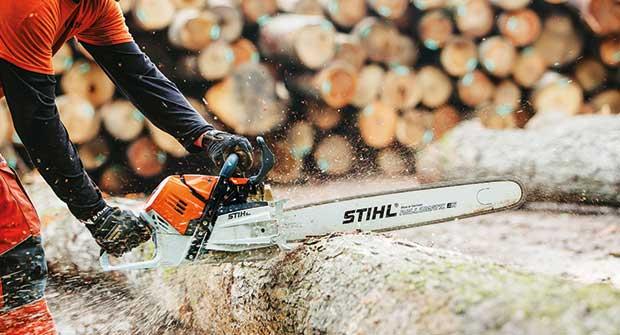 Person operating Stihl chainsaw (Photo: Stihl)