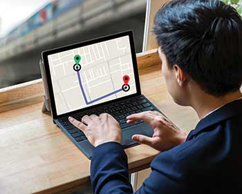 Person using GPS services (Photo: Tzido/ iStock / Getty Images Plus/Getty images)